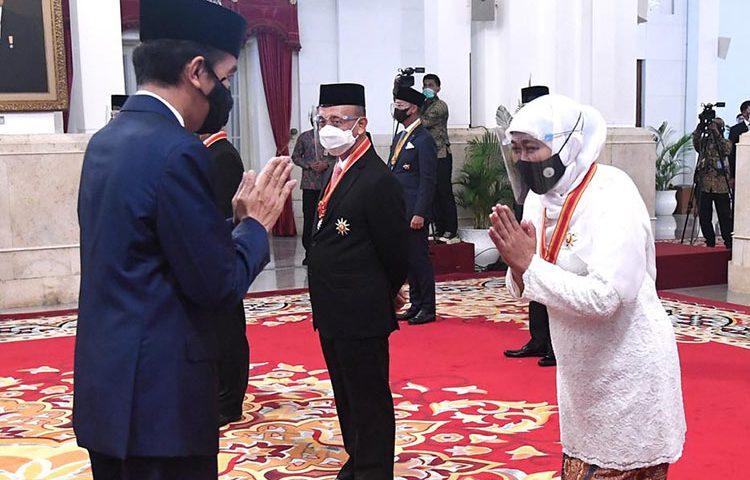 Gubernur Khofifah Terima Bintang Mahaputera Utama
